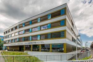 Seltenheit: Wolken über Hotel in Basel